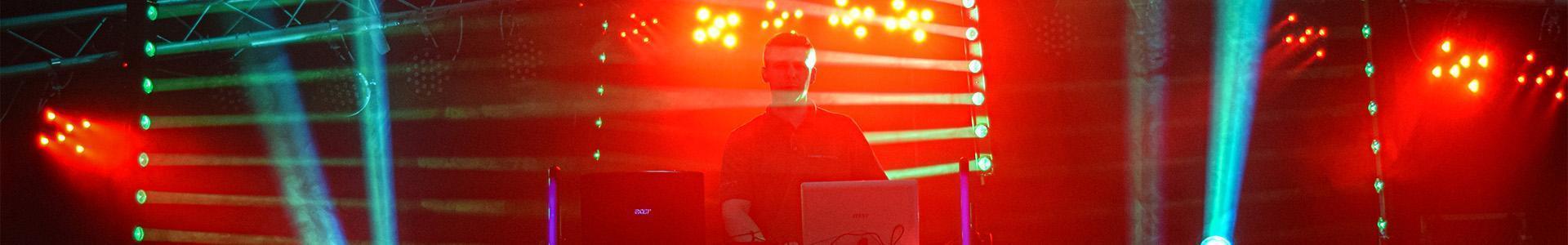 DJ wśród kolorowych świateł
