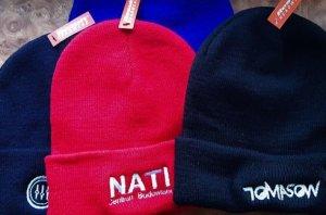 hafty na czapkach